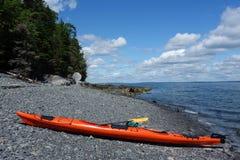 Overzeese kajaks op een rotsachtig strand in Barhaven Royalty-vrije Stock Fotografie