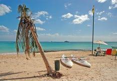 Overzeese kajaks op het strand Stock Afbeelding