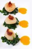 Overzeese kammosselen met spinazie en tomaten Stock Fotografie