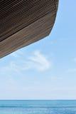 Overzeese kant met horizon en blauw hemel en blauwe water stock foto's