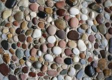 Overzeese kiezelstenen in het zand royalty-vrije stock afbeeldingen