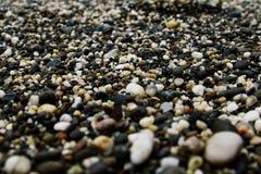 Overzeese kleine stenen op de kust royalty-vrije stock foto
