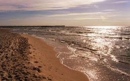 Overzeese kust bij zonsondergang royalty-vrije stock fotografie