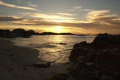 Overzeese kust bij zonsopgang stock foto