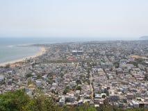Overzeese kust die ook mooi vanaf bovenkant van heuvels met stadsmening kijken royalty-vrije stock foto