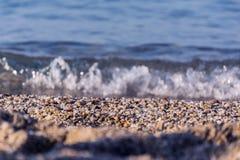 Overzeese kust en golf Stock Afbeelding