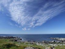 Overzeese kust en schilderachtige wolken Stock Afbeelding