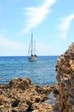 Overzeese kust en zeilboot Royalty-vrije Stock Foto