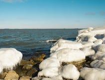 Overzeese kust in ijs Royalty-vrije Stock Foto