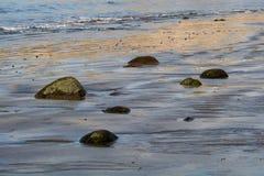 Overzeese kust in kalm zonnig weer stock fotografie
