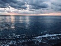 Overzeese kust/Kustlijn in Nice Frankrijk bij zonsondergang stock foto