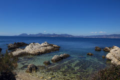 Overzeese kust met azuurblauw water Stock Foto
