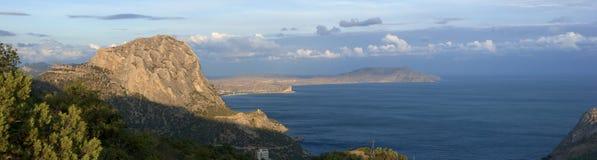 Overzeese kust met bergen stock afbeeldingen