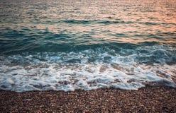 Overzeese kust met golven bij de zonsondergang - Adriatische overzees royalty-vrije stock fotografie