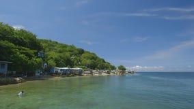 Overzeese kust met kleine hutten stock videobeelden