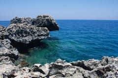 Overzeese kust met rotsen Royalty-vrije Stock Foto's