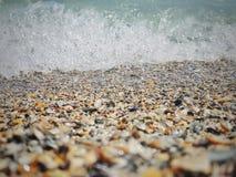 Overzeese kust met shells en waterplons stock fotografie