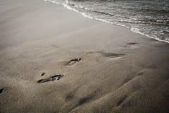 Overzeese kust met sporen op het zand royalty-vrije stock foto's