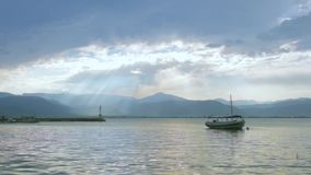 Overzeese kust met traditionele vissersboot stock footage
