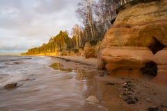 Overzeese kust met zandsteenklippen Royalty-vrije Stock Fotografie