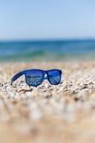 Overzeese kust met zonnebrildag Royalty-vrije Stock Foto
