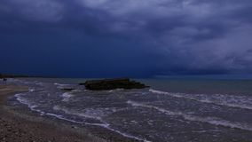 Overzeese kust vóór het onweer stock footage