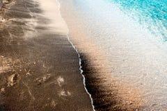 Overzeese kust van Bulgarije, textuur zwart zand op het concept een kustvakantie, achtergrond, natuurlijke achtergrond Royalty-vrije Stock Afbeeldingen