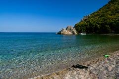 Overzeese kust van rotsachtige baai, met copyspace Stock Afbeelding