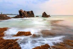 Overzeese kust in zonsondergang royalty-vrije stock foto