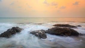 Overzeese kust in zonsondergang stock fotografie