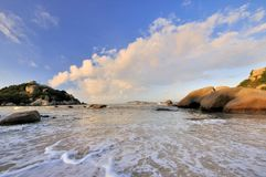 Overzeese kust in zonsopgangverlichting Royalty-vrije Stock Foto's