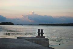 Overzeese ligplaats op zonsondergangachtergrond Stock Foto's
