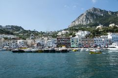Overzeese mening aan haven Capri stock foto's