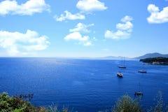 Overzeese Mening Jacht op zee Donkerblauwe Ionische overzees Royalty-vrije Stock Foto's