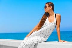 Overzeese Mening Meisje in witte kleding Stock Afbeelding