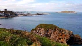 Overzeese mening met eiland en haven op de achtergrond Stock Fotografie