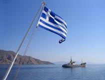 Overzeese mening met Griekse vlag Stock Afbeeldingen