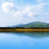 Overzeese mening met mooie wolken en bergen Royalty-vrije Stock Fotografie
