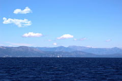 Overzeese Mening Mountain View Mening over Albanië mointains Mooie Ionische donkerblauwe overzees Eenzaam weinig rots in het midd Stock Fotografie