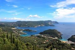 Overzeese Mening Mountain View Mooie Paleokastritsa en Ionische overzees Panorama van overzeese kust Stock Afbeeldingen