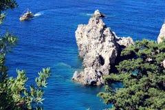 Overzeese Mening Mountain View Mooie Paleokastritsa en Ionische overzees Panorama van overzeese kustschoonheid in aard Hart van P Royalty-vrije Stock Foto