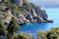 Overzeese Mening Mountain View Mooie Paleokastritsa en Ionische overzees Panorama van overzeese kustschoonheid in aard Hart van P Royalty-vrije Stock Afbeeldingen