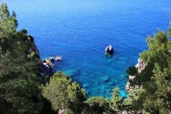 Overzeese Mening Mountain View Mooie Paleokastritsa en Ionische overzees Panorama van overzeese kustschoonheid in aard Hart van P Royalty-vrije Stock Foto's