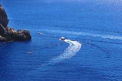 Overzeese Mening Mountain View Mooie Paleokastritsa en Ionische overzees Plezierboot Royalty-vrije Stock Afbeelding