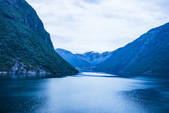 Overzeese mening over bergen in fjord Geyranger Stock Afbeeldingen