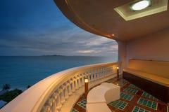 Overzeese mening van balkon in zonsondergangtijd Stock Foto