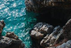 Overzeese mening van een steile helling, Sveti Stefan stock foto