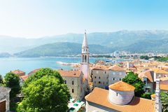Overzeese mening van oude stad in Budva, Montenegro Stock Foto's