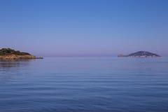 Overzeese mening van strand met blauwe hemel Stock Afbeeldingen