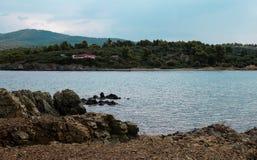 Overzeese mening van strand met zonnige hemel Royalty-vrije Stock Afbeelding